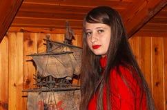 Eine Jugendliche mit einem alten Modell eines Schiffs stockfotos