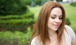 Eine junge attraktive Frau in einem Freilicht Lizenzfreie Stockfotos