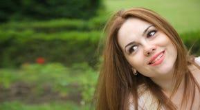 Eine junge attraktive Frau in einem Freilicht Lizenzfreies Stockfoto