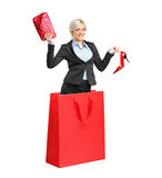 Eine junge attraktive Frau in einer Einkaufstasche Stockbilder
