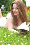 Eine junge attraktive Frau mit einem Buch Lizenzfreie Stockfotografie