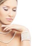 Eine junge blonde Braut, die im schönen Make-up aufwirft Stockfotografie