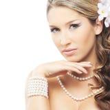 Eine junge blonde Braut, die im schönen Make-up aufwirft Lizenzfreie Stockfotos