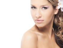 Eine junge blonde Braut, die im schönen Make-up aufwirft Stockbild