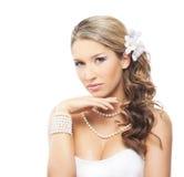Eine junge blonde Braut, die im schönen Make-up aufwirft Stockfotos