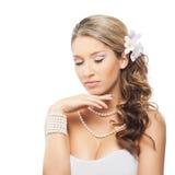Eine junge blonde Braut, die im schönen Make-up aufwirft Lizenzfreies Stockbild
