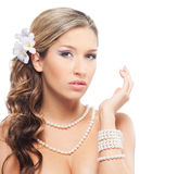 Eine junge blonde Braut, die im schönen Make-up aufwirft Lizenzfreie Stockbilder