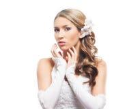 Eine junge blonde Braut, die im schönen Make-up aufwirft Stockbilder