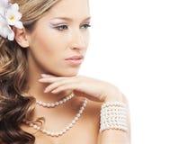 Eine junge blonde Braut, die im schönen Schmuck aufwirft Lizenzfreie Stockfotos