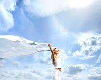 Eine junge blonde Frau auf einem schönen sonnigen Hintergrund Lizenzfreies Stockbild