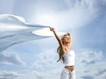 Eine junge blonde Frau auf einem schönen sonnigen Hintergrund Lizenzfreie Stockbilder