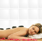 Eine junge blonde Frau auf einer Badekurortprozedur Stockfotos