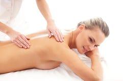 Eine junge blonde Frau auf einer Massageprozedur Stockfotos