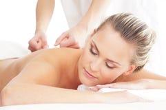 Eine junge blonde Frau auf einer Massageprozedur Lizenzfreie Stockbilder
