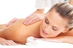 Eine junge blonde Frau auf einer Massageprozedur Stockfoto