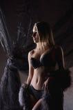Eine junge blonde Frau in der erotischen Wäsche und im Pelz Stockfotografie
