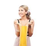 Eine junge blonde Frau, die eine Einkaufstasche öffnet Lizenzfreie Stockbilder