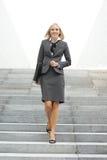 Eine junge blonde Geschäftsfrau in der formalen Kleidung Stockfotos