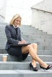 Eine junge blonde Geschäftsfrau in der formalen Kleidung Lizenzfreies Stockfoto