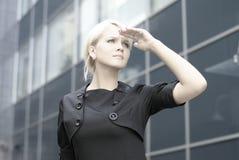 Eine junge blonde Geschäftsfrau schaut vorwärts Stockbilder