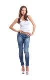 Eine junge Brunettefrau in den stilvollen Jeans Lizenzfreies Stockbild
