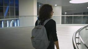 Eine junge Dame, die an einem Flughafen geht stock video