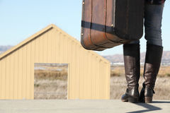 Eine junge Dame geht in Richtung zu einer magischen Tür Lizenzfreie Stockfotos