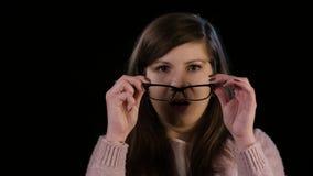 Eine junge Dame mit Glas-Starren im Erstaunen stock video