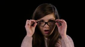 Eine junge Dame mit Glas-Starren im Erstaunen stock video footage