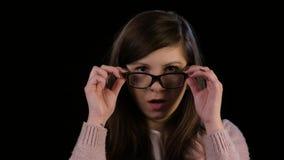Eine junge Dame mit Glas-Starren im Erstaunen stock footage