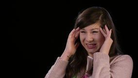 Eine junge Dame mit rasenden Kopfschmerzen lizenzfreie stockfotografie