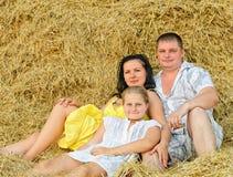 Eine junge Familie, ein Vater, eine Mutter und eine Tochter Lizenzfreies Stockfoto