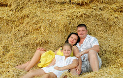 Eine junge Familie, ein Vater, eine Mutter und eine Tochter Stockfotografie