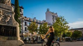 Eine junge Frau auf einem Fahrrad bei Barrio de La Letras im Stadtzentrum gelegenes Madrid, Spanien stockbilder