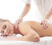 Eine junge Frau auf einer Massageprozedur Lizenzfreies Stockfoto