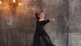 Eine junge Frau benutzt einen transparenten Randrock für das Zerfressen in einem klassischen Tanz stock video footage