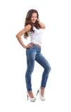 Eine junge Frau in den reizvollen Jeans und in einem weißen Hemd Stockfotos