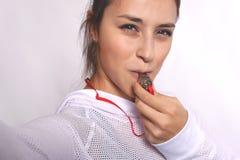 Eine junge Frau des Athleten mit Pfeife Lizenzfreies Stockfoto