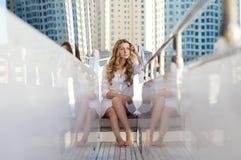 Eine junge Frau, die auf der Yacht sitzt Stockfoto
