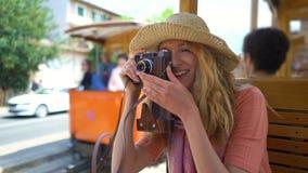 Eine junge Frau, die das Reisen auf einen alten Zug, sch?ne touristische Standorte bewundernd genie?t stock video footage