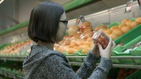 Eine junge Frau, die den Speicher besichtigt stock video footage