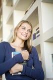 Eine junge Frau, die ein Buch anhält Lizenzfreie Stockfotografie