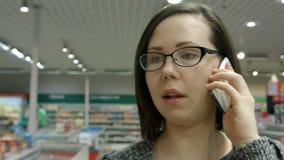 Eine junge Frau, die einen Speicher besichtigt stock footage