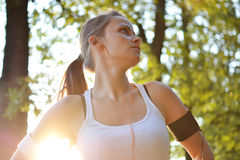 Eine junge Frau, die im Park ausarbeitet Lizenzfreies Stockbild