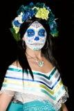 Eine junge Frau, die Sugar Skull darstellt Lizenzfreies Stockbild