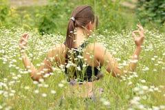 Eine junge Frau, die Yoga tut Lizenzfreies Stockfoto