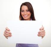 Eine junge Frau, ein leeres Papier anhalten Lizenzfreies Stockfoto