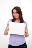 Eine junge Frau, ein leeres Papier anhalten Stockbild