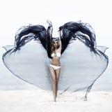 Eine junge Frau in einem Badeanzug auf dem Strand stockbilder