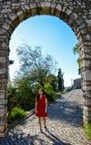 Eine junge Frau in einem roten Sommerkleid lizenzfreie stockfotos